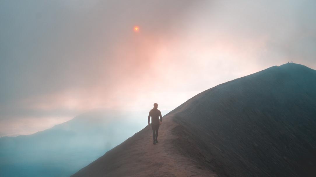 fog_mountain_man_133515_1920x1080